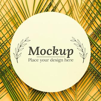 Cartão de mock-up com composição de folhas