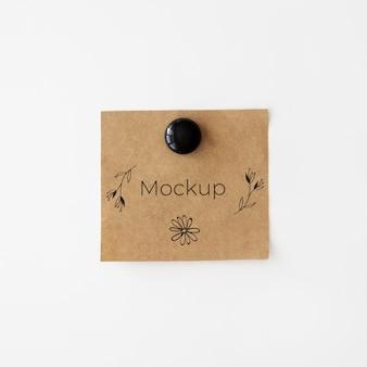 Cartão de mock-up marrom com flores