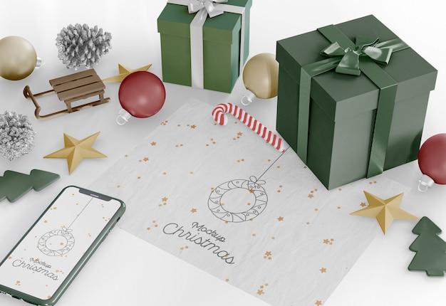 Cartão de natal com maquete de enfeites