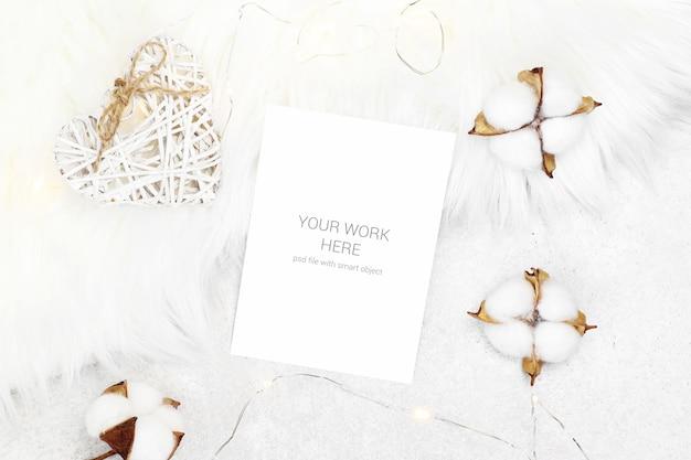 Cartão de natal de maquete com algodão e guirlanda