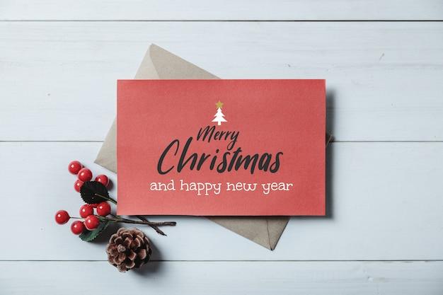 Cartão de natal e enfeite de natal e decoração em prancha de madeira branca