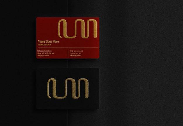 Cartão de negócios de luxo vermelho e preto com maquete dourada em relevo de cima