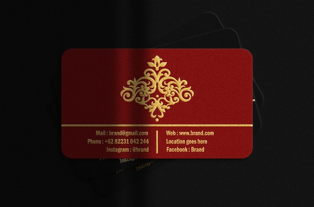 Cartão de negócios de luxo vermelho e preto com maquete dourada