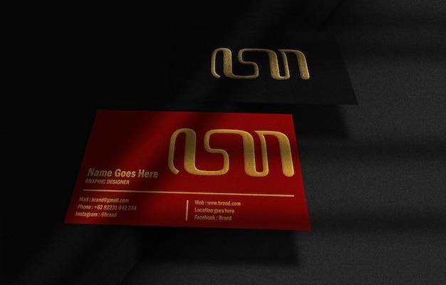 Cartão de negócios flutuante de luxo em preto e vermelho com maquete dourada em relevo