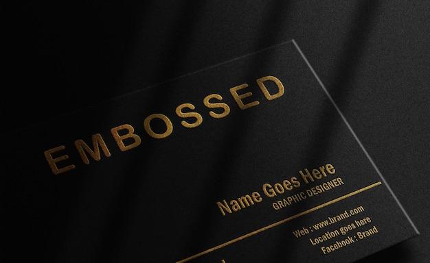 Cartão de negócios flutuante de luxo preto com maquete de ouro em relevo