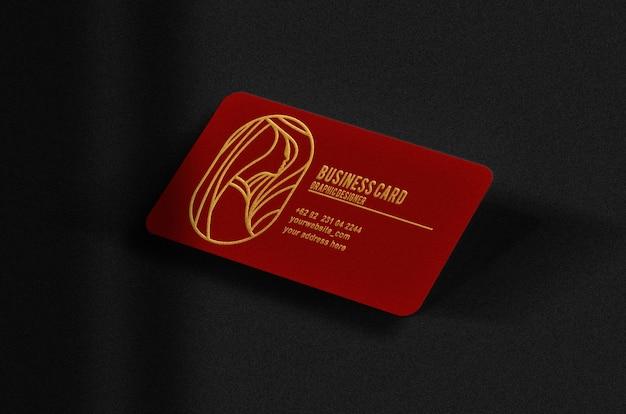 Cartão de negócios flutuante de luxo vermelho com maquete de ouro em relevo