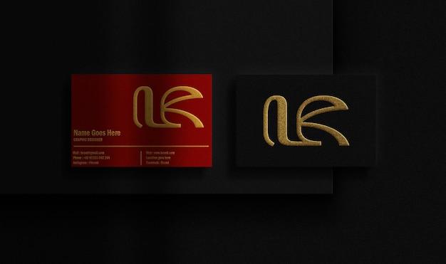 Cartão de negócios luxuoso em preto e vermelho com maquete dourada em relevo
