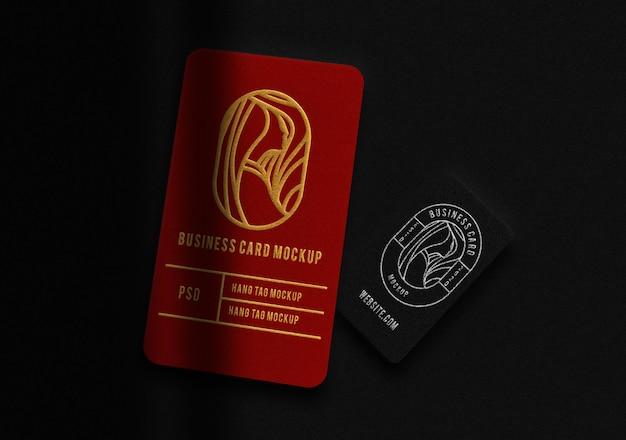 Cartão de negócios vertical de luxo vermelho e preto com maquete em relevo em ouro e prata