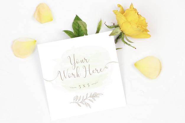 Cartão de número de maquete na mesa branca