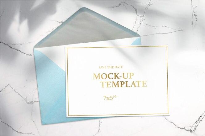 Cartão de papel 7x5 e envelope em fundo branco mock-up limpo
