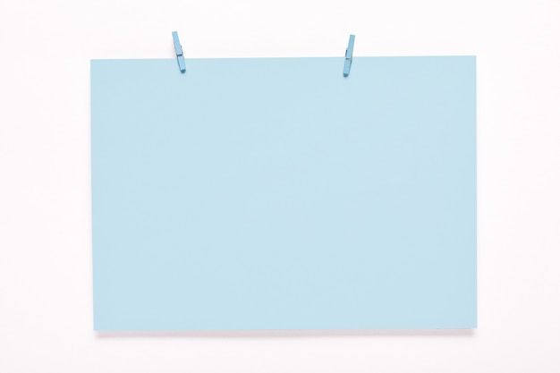 Cartão de papel em um cabides