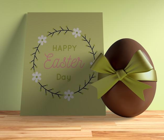 Cartão de páscoa de alto ângulo com ovo de chocolate