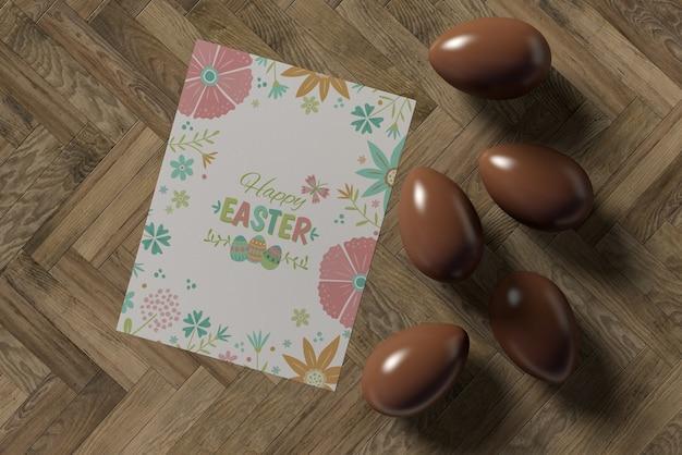 Cartão de páscoa e ovos de chocolate