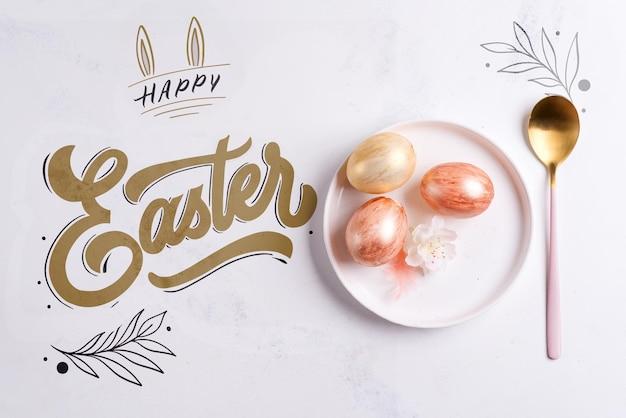 Cartão de páscoa feliz com ovos pintados em um prato e uma colher em uma superfície de maquete de mármore,
