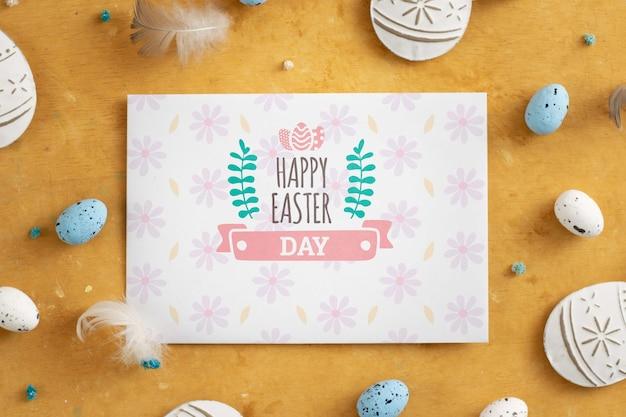 Cartão de páscoa rodeado de ovos.