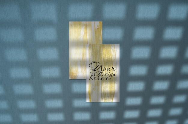 Cartão de visita 3.5 x 2 polegadas mockup em fundo azul