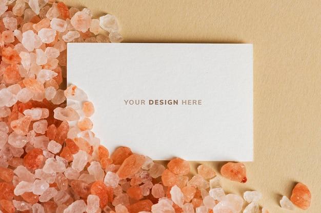 Cartão de visita branco em branco em cascalho laranja