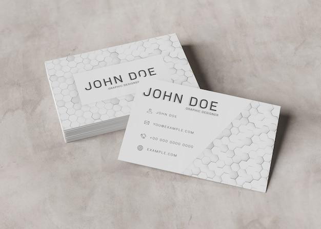 Cartão de visita branco pilhas na superfície de concreto mockup