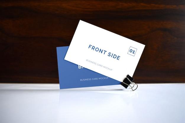 Cartão de visita com maquete de clipe de papel