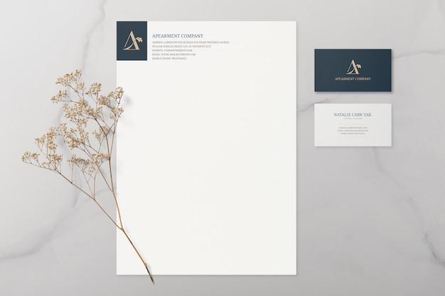 Cartão de visita e maquete de artigos de papelaria com flores secas