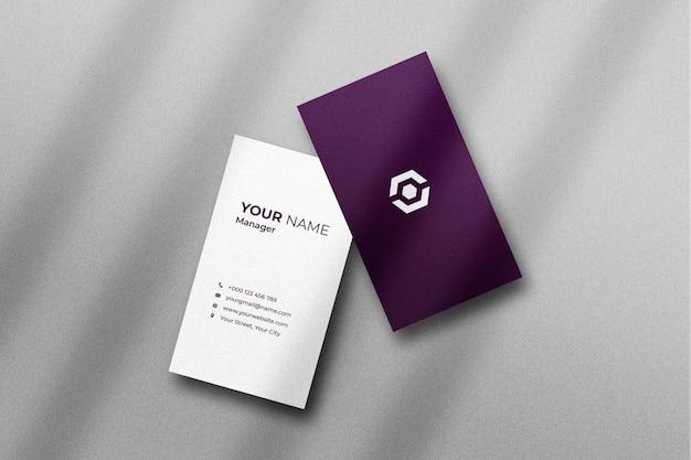 Cartão de visita e maquete de cartão de visita com sombra