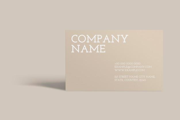 Cartão de visita em branco sobre fundo bege