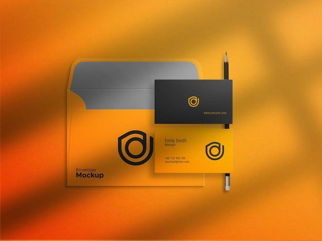 Cartão de visita em maquete de envelope amarelo