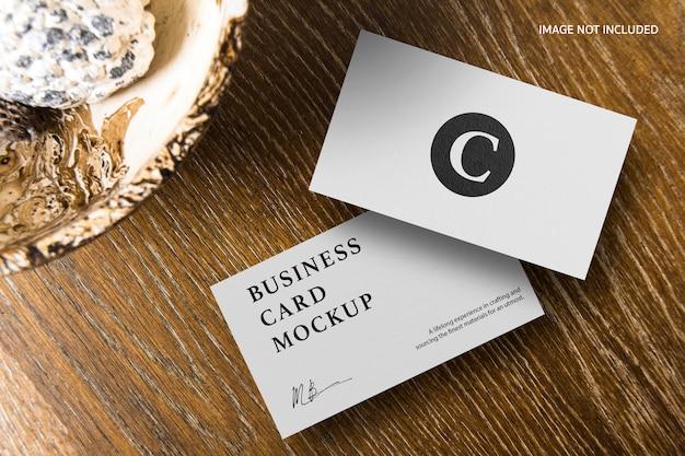 Cartão de visita em maquete de mesa de madeira
