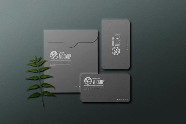 Cartão de visita escuro com maquete de envelope