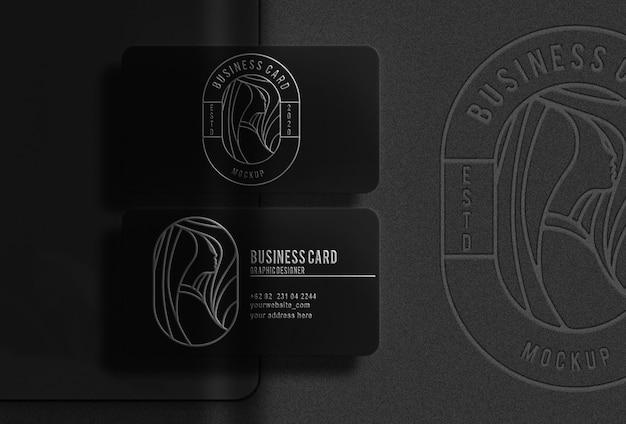 Cartão de visita luxuoso preto com maquete prateada em relevo