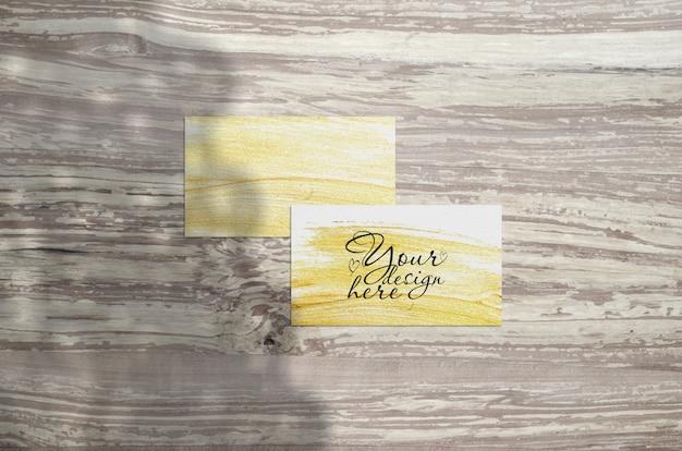 Cartão de visita mockup em madeira