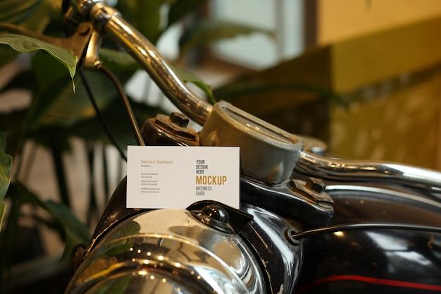 Cartão de visita na maquete de bicicleta psd