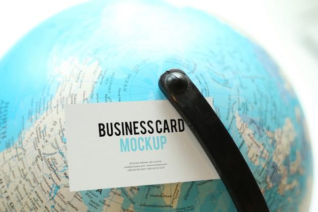 Cartão de visita na maquete do globo psd