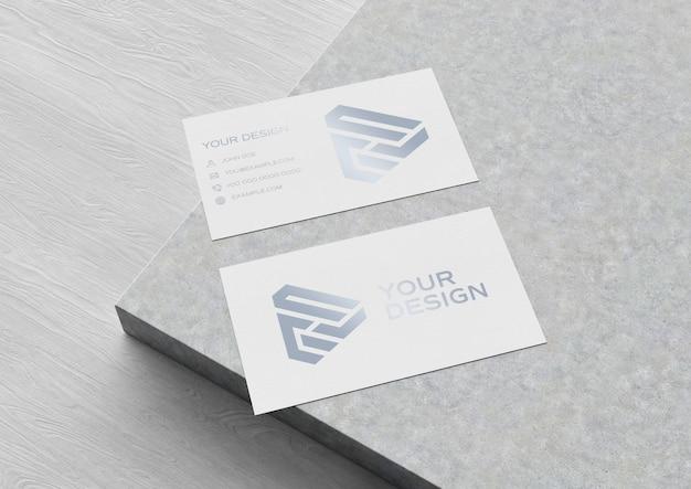 Cartão de visita na superfície de madeira e concreto maquete