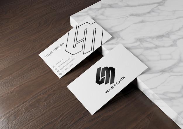 Cartão de visita na superfície de madeira e mármore mockup