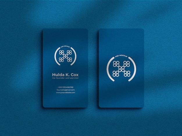 Cartão de visita vertical com maquete de efeito em relevo