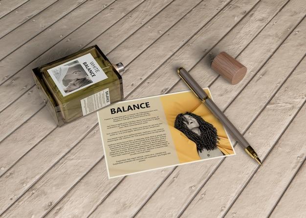 Cartão descritivo ao lado do frasco de perfume