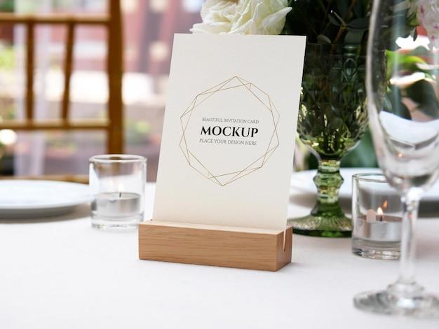 Cartão em branco de maquete branco na configuração de mesa de casamento