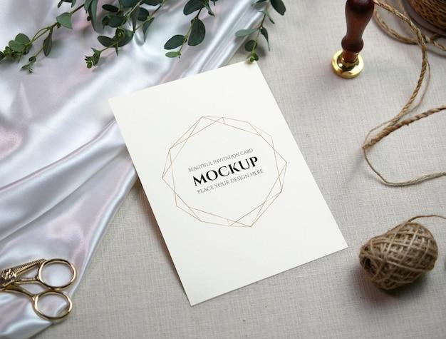 Cartão em branco de maquete de vista superior no fundo de pano