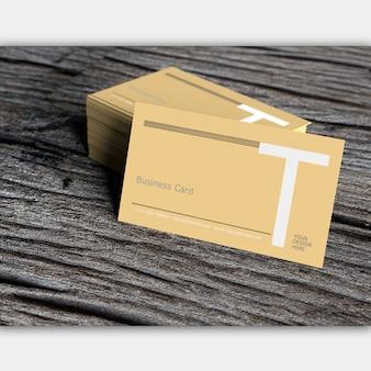 Cartão em branco na velha madeira escura