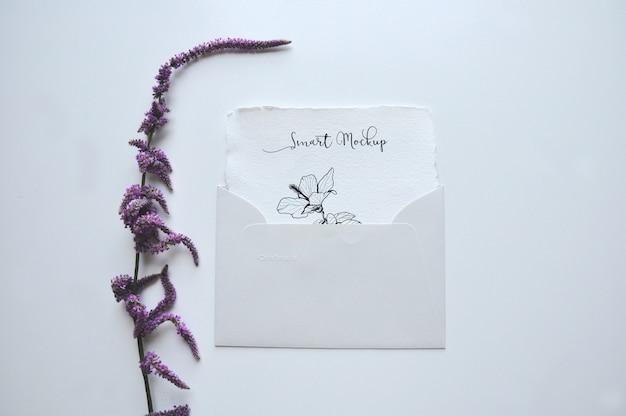 Cartão em maquete de envelope