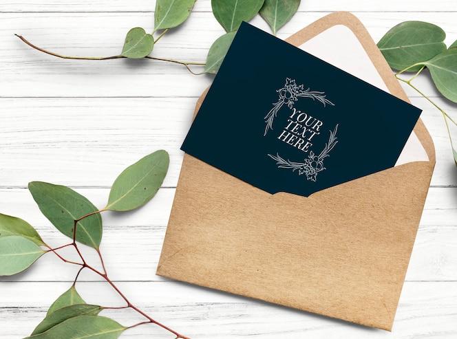 Cartão em uma maquete de modelo de envelope