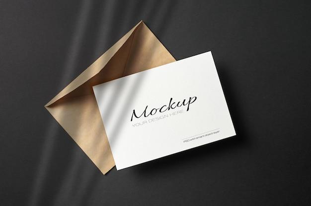 Cartão estacionário mínimo com maquete de envelope