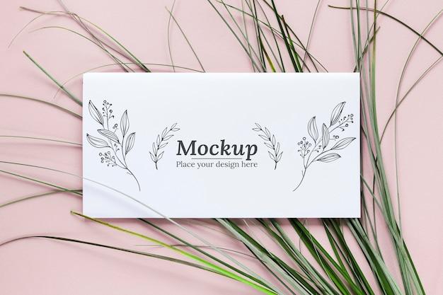Cartão mock-up com arranjo de folhas