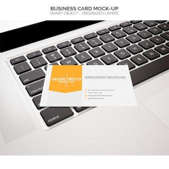 Cartão mock-up no laptop