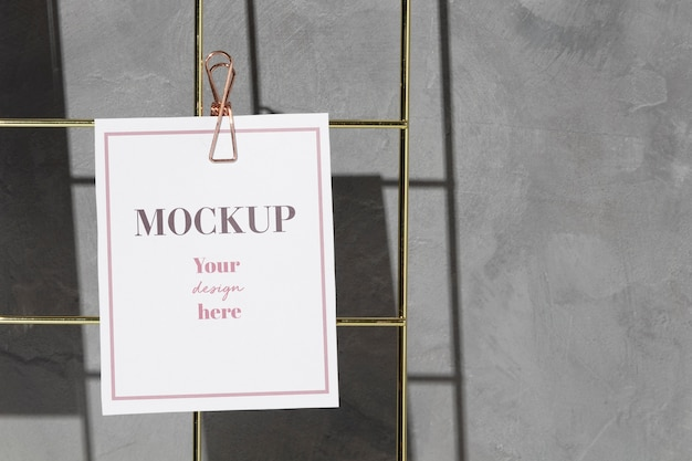 Cartão pendurado em placa de arame com clipe