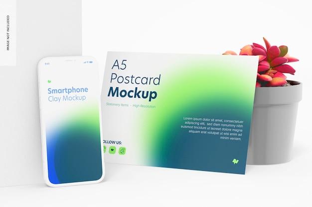 Cartão postal a5 com maquete de smartphone, inclinado