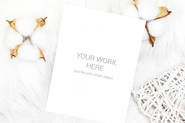 Cartão postal de maquete com algodão e coração de madeira