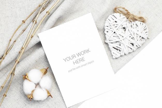 Cartão postal de maquete com coração de madeira e algodão