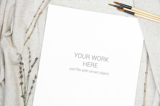 Cartão postal de maquete com pincel de desenho em pano